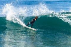 Ação surfando do passeio do surfista Imagens de Stock Royalty Free