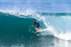 Ação surfando do passeio do tubo do surfista Fotografia de Stock