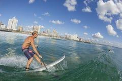 Ação surfando do SUP do surfista Imagem de Stock Royalty Free