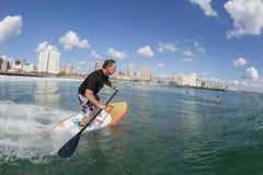 Ação surfando do SUP do surfista Fotografia de Stock Royalty Free