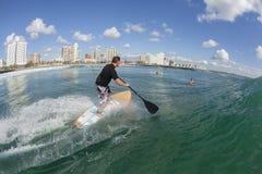 Ação surfando do SUP do surfista Foto de Stock