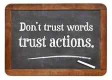 Ações da confiança, não sinal do quadro-negro das palavras Imagem de Stock Royalty Free