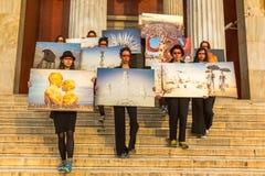 Ações dos participantes da arte contemporânea - exposição de passeio de queimadura da foto do homem fotografia de stock royalty free