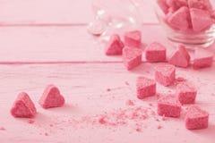 Açúcar cor-de-rosa granulado na forma do coração Foto de Stock Royalty Free