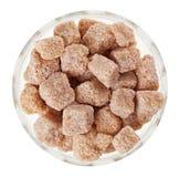 Açúcar de bastão da protuberância de Brown em uma bacia de vidro imagem de stock royalty free