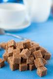 Açúcar de bastão refinado na tabela imagens de stock royalty free