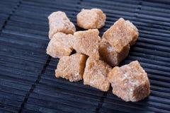 Açúcar de Brown no fundo escuro Fotografia de Stock Royalty Free