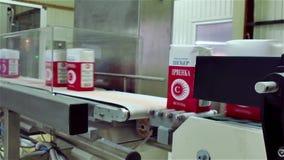 Açúcar de cristal na linha de empacotamento nos sacos filme