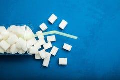 Açúcar derramado do vidro, espaço vazio para o texto fotos de stock