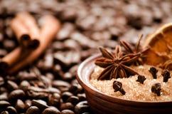 Açúcar e especiarias de bastão no fundo de feijões de café Fotos de Stock Royalty Free
