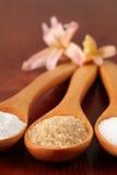 Açúcar em colheres de madeira Fotos de Stock