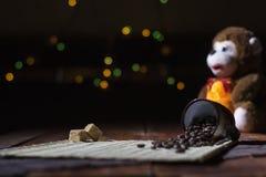 Açúcar mascavado com café da grão em um fundo preto Imagem de Stock Royalty Free