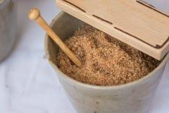 Açúcar mascavado dentro de Clay Bowl, tema do alimento Foto de Stock Royalty Free