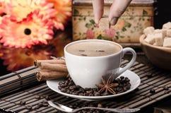 Açúcar mascavado em uma xícara de café imagem de stock