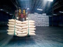 Açúcar na manipulação dos sacos foto de stock royalty free