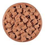 Açúcar refinado de Brown em uma bacia de madeira em um branco fotos de stock