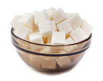 Açúcar refinado do branco, fim acima em um fundo branco fotografia de stock