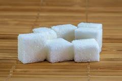 Açúcar refinado no fundo de bambu foto de stock royalty free
