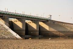 A烘干了空的水库或水坝在夏天热浪、低降雨量和天旱期间在北部卡纳塔克邦,印度 库存图片