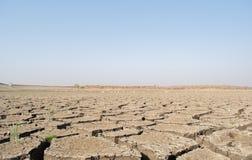A烘干了空的水库或水坝在夏天热浪、低降雨量和天旱期间在北部卡纳塔克邦,印度 库存照片