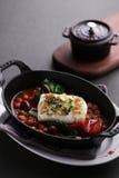 Açafrão cozinhado do bacalhau atlântico assado com o feijão no guisado preto Fotos de Stock Royalty Free