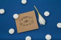 Açafrão de outono branco em um fundo azul Imagens de Stock