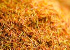 Açafrão dourado secado no mercado Foco seletivo Imagens de Stock