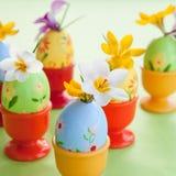 Açafrão em ovos da páscoa pintados Fotografia de Stock