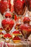 Açafrão iraniano vermelho nos vidros no mercado em Tehran Fotografia de Stock
