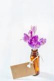 açafrões com uma etiqueta de papel em um fundo de madeira Fotografia de Stock