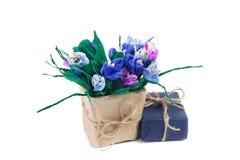 Açafrões e caixa de presente de papel Fotos de Stock
