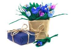 Açafrões e caixa de presente de papel no papel azul Fotografia de Stock
