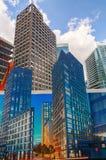 Açambarcamento da construção com os cartazes de construções terminadas na frente dos arranha-céus em Aldgate, Londres, Reino Unid Fotografia de Stock Royalty Free