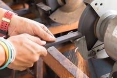 Aço de aço de Grinding do moedor para obter a agudeza fotografia de stock