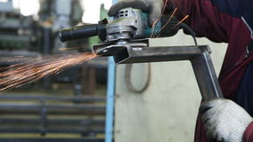 Aço do corte do trabalhador com moedor de ângulo filme