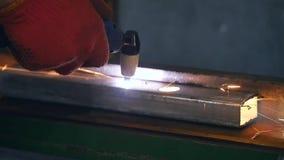 Aço do corte do trabalhador industrial usando a tocha do metal filme