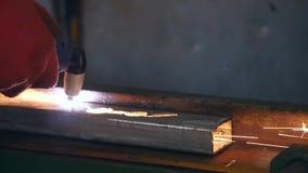 Aço do corte do trabalhador industrial usando a tocha do metal video estoque