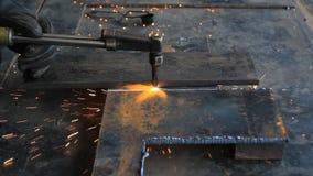 Aço do corte do trabalhador usando a tocha do metal vídeos de arquivo