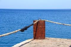 Aço do tanque da oxidação no mar azul profundo imagens de stock