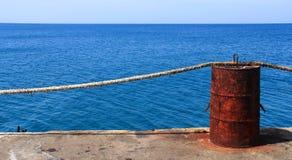 Aço do tanque da oxidação no mar azul profundo imagem de stock
