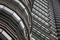 Aço e opinião abstrata de vidro das torres de petronas fotografia de stock