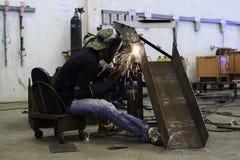 Aço vestindo da soldadura da máscara do trabalhador na fábrica Imagens de Stock Royalty Free