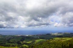 Açores ajardinam com campos, cidade e oceano de exploração agrícola no fundo em um dia nebuloso Imagem de Stock Royalty Free