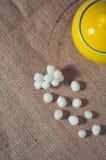 Açucareiro amarelo em uma tabela com bolas brancas Imagem de Stock