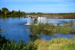 Aérateur pour enrichir l'étang avec l'oxygène, un tuyau énorme c avec des trous Photographie stock