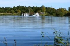 Aérateur pour enrichir l'étang avec l'oxygène, un tuyau énorme c avec des trous image libre de droits