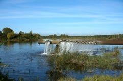 Aérateur pour enrichir l'étang avec l'oxygène, un tuyau énorme c avec des trous photos libres de droits