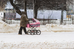 Aération d'un bébé en parc de Moscou Gorki Photographie stock libre de droits