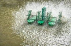 Aération de l'eau dans un étang Image stock