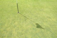 Aération de noyau de gazon sur le golf vert Photographie stock libre de droits